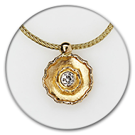 Pendant in 18k gold with brilliant