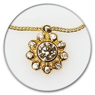 Pendant in 18k gold with champaign-coloured centre brilliant and nine brilliants in gold spheres