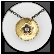Anhaenger aus 750 Gelbgold und geschwaerztem 925 Silber mit Brillant, die Kette ist aus geschwaerztem 925 Silber