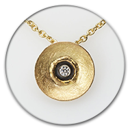 Pendant in 18k gold and blackend 925 silver with brilliant