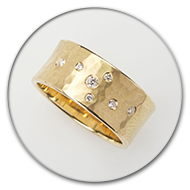 Hammered ring in 18k gold with brilliants